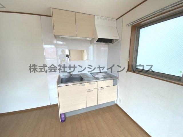 あると嬉しい2階のキッチンスペース、吊戸棚もあって収納出来ます。