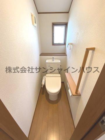 2階トイレもウォシュレット機能付き! 白基調で清潔感ある仕上がりです! 小窓あって空気の入れかえ出来ます!