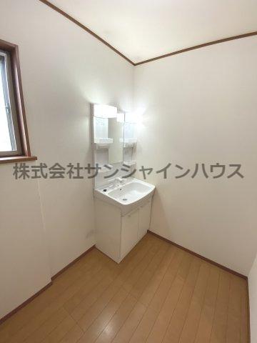 窓付きの明るい洗面所、鏡の横が収納となっておりますのですっきりと収められます。