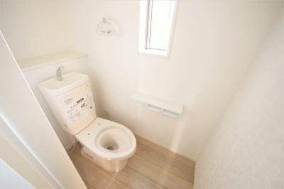 明るく清潔感のあるトイレ。コンパクトサイズなので、お掃除もラクラクですね。