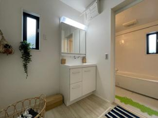 窓付き明るい洗面所 ※参考家具
