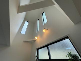LDK吹抜け部分窓が多く 採光たっぷりです♪