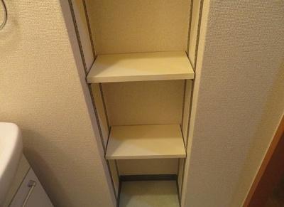 洗面スペースにも棚があります