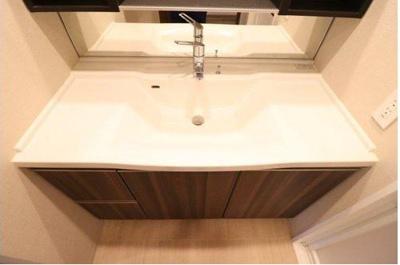 スタイリッシュでお掃除がしやすい洗面台となっております!