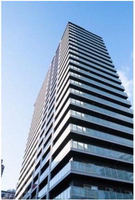 シンメトリーな外観デザインが印象的。一面にガラスを纏い、街と調和する優美なランドマークタワーマンションです。