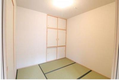 約4.6帖の和室です!扉を開ければリビングと繋がり、開放感ある空間となります!押し入れ付きで収納もバッチリ!