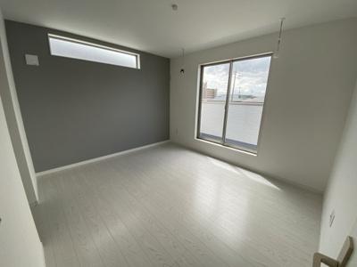 (同仕様写真)しっかりと採光があり明るい居室の主寝室は7.5帖あり、WICを備えているので収納力の高い居室です。他に3居室備えています。