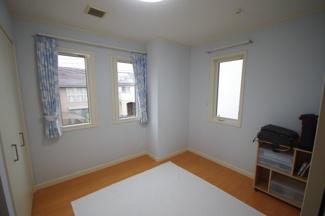 東側洋室、約5.2帖