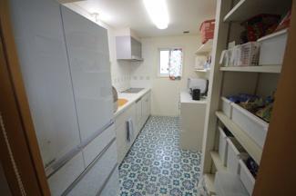 キッチンには収納棚完備、スッキリと片付けれらます