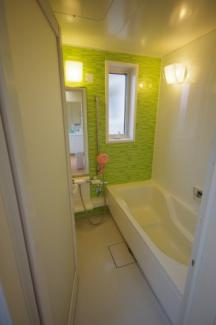 窓のある明るいお風呂、腰掛タイプ浴槽で半身浴も出来ます