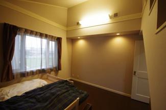 2階主寝室、約8.5帖の洋室