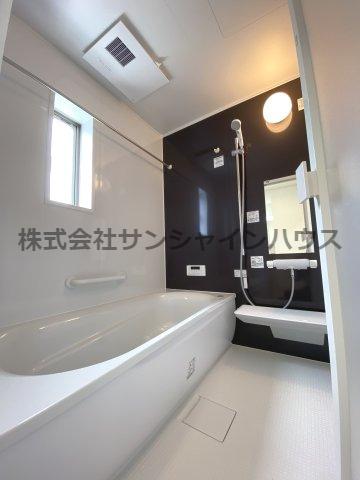 奥行きが深く、しっかり足を伸ばせる浴槽。一日の疲れも癒されます。入浴剤やバスオイルを入れて普段より贅沢な時間をお過ごしください。