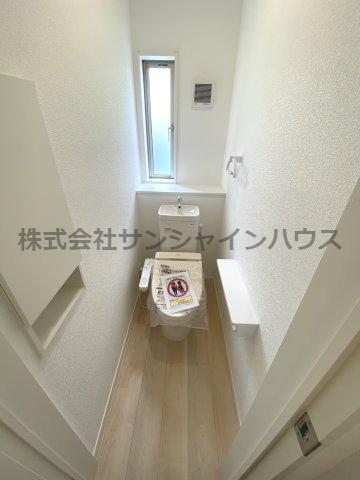 埋込式の収納BOXがあり便利です。1帖タイプの落ち着いたトイレです。