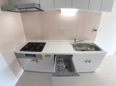 キッチンの写真です♪ 食洗機付きで、作業スペースも広いので便利です♪ ほんのり淡くピンクがかったクロスが可愛いですね♪