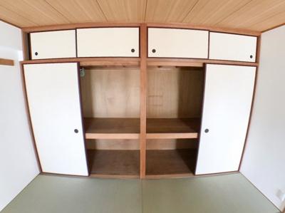 和室の押入の写真です♪ 一面収納なのでたくさん収納できます♪ 上部のスペースには普段使わない物を収納しておくのに便利です♪