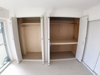 洋室の収納の写真です♪ 上にバーが付いているので洋服をかけたり吊り下げ収納をするのに便利ですよ♪