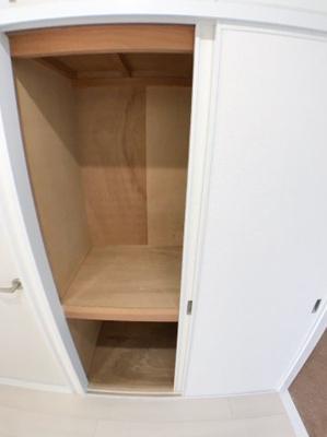 廊下の収納の写真です♪ たくさん収納できそうな広々スペースとなっております♪