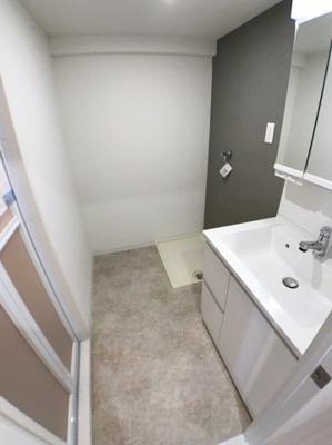 洗面所の写真です♪ 大理石のような床とグレーのクロスがおしゃれです♪