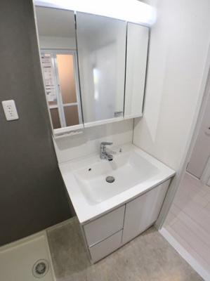 独立洗面台の写真です♪ 大きな三面鏡が付いていて朝の身支度に便利です♪