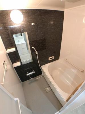 お風呂の写真です♪ ブラックグレーのクロスが、シンプルながらモダンな雰囲気を演出してくれます♪ 浴槽横に手すりがついていて安心です♪