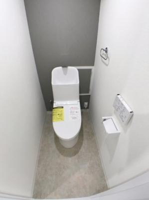 トイレの写真です♪ 新品の洗浄機能付きトイレですよ♪ タオルリングが付いています♪