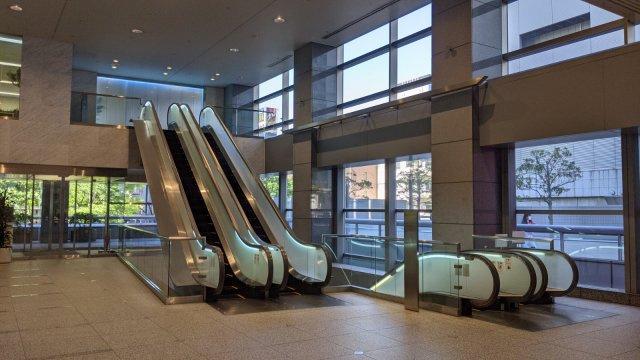 2階エントランスホールのエスカレータ