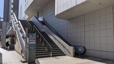 最寄駅のJR錦糸町駅からは、ペデストリアンデッキで道路を越えるため、信号待ちは不要です。