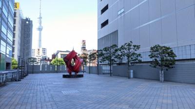 錦糸町駅と物件を快適に結ぶペデストリアンデッキ。隣の大型商業施設アルカキットとデッキを通じて直結して