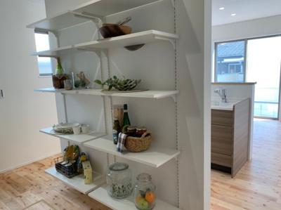 キッチン裏には約4帖の大容量のパントリー! 家電製品などがリビングから隠れる造りなので、生活感がなくスッキリと見えます♪