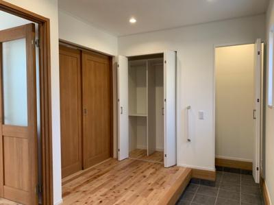 玄関から直接和室へ行けるので、来客時の際プライベート空間を通らずご案内ができるのがいいでうね!