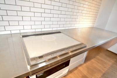 キッチンには安全性の高いIHコンロを採用。