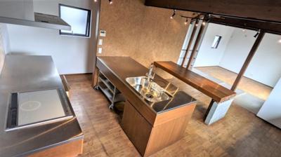 めずらしいⅢ型配置のキッチン♪ IHコンロとレンジフードは新規交換済です。