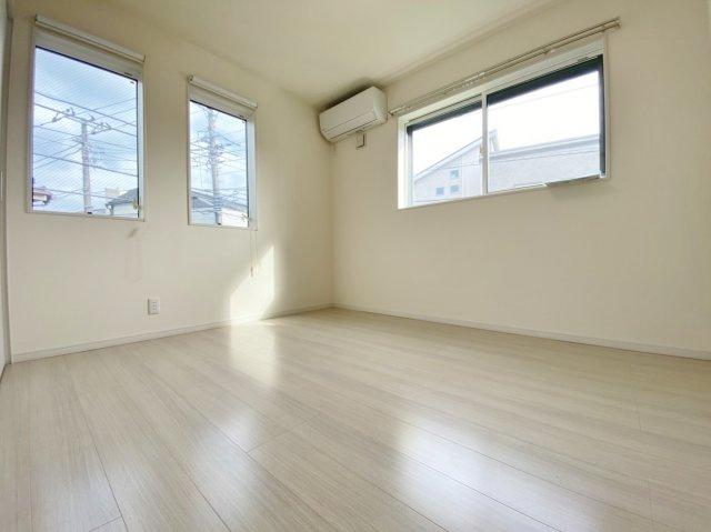 2階5.25帖洋室 白を基調にした清潔感のある上品な居室です