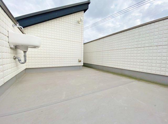 広々7.75帖のスカイガーデン 休日には空が広がる屋上リビングでプライベート空間を満喫いただけます 水栓付で便利な仕様