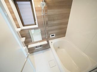 柔らかなカラーで清潔感を醸すバスルーム。一日の疲れを癒す寛ぎの空間です。 令和3年9月28日撮影