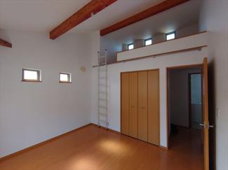 2階洋室約7.0帖のお部屋には約3.5帖のロフトがございます。ロフト上部分からも採光が取れる設計で圧迫感がありません。