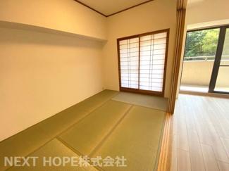 リビングに隣接する和室6帖です♪フスマをオープンにしていただくとリビングカラン広がる空間を確保できます!