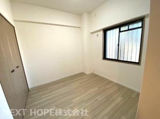 玄関横の洋室5帖です♪独立した居室です!!収納スペースも確保されております(^^)