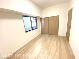 玄関横の洋室7帖です♪大きなクローゼットが設けられております!たくさんのお洋服・小物が収納できるので室内を有効に使用していただけます(^^)