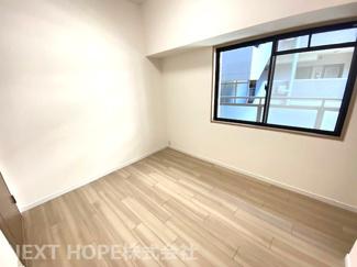 洋室5帖です♪真ん中のお部屋ですが窓も有り、明るい室内です!!