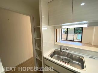 キッチン横には可動棚を新設♪使い勝手良くリフォーム済み!ぜひ現地でご確認ください(^^)