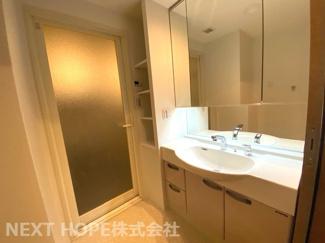 大きな洗面化粧台です♪シャワー水栓で使い勝手もいいです!洗面台横には棚が有り、タオルなどのストック場所としてたいへん重宝しますね(^^)
