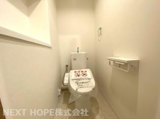 新品のトイレです♪温水洗浄便座です!壁面にはニッチが有り、芳香剤などを置くのに重宝しますね(^^)