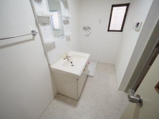 清潔なパウダールームは身だしなみチェックや肌のお手入れに最適です。 令和3年9月28日撮影