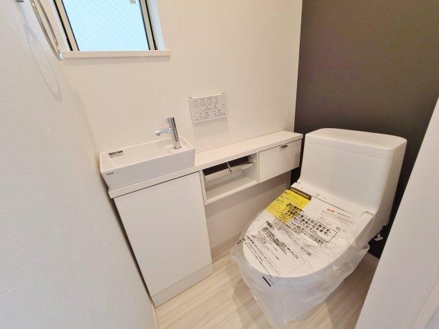 トイレは1階・3階にございます 温水洗浄便座機能、洗面ボウル完備