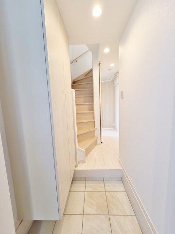 ご家族皆様、お客様をお迎えする明るい玄関 トールタイプのシューズボックス完備