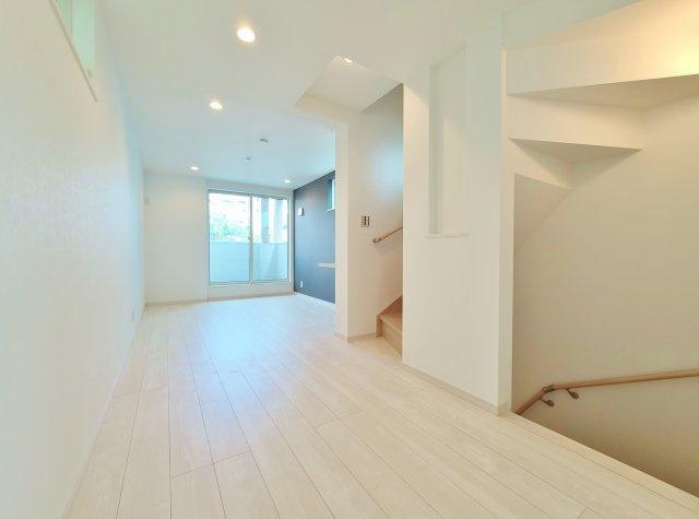 広々と明るい空間で快適にお過ごしいただけるます 空気を汚さずに足元から暖かい床暖房が標準装備です