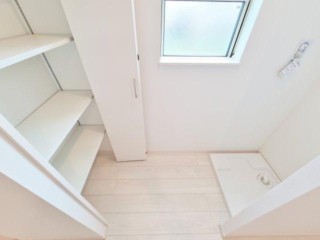 キッチン背面には家事導線が考えられたランドリーコーナを配置 洗剤などのストックにも便利な可動棚を完備