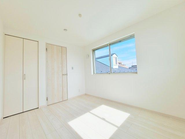 3階洋室5.3帖 各室2面採光で暖かな光と気持ちの良い風を享受しプライベート空間も快適です