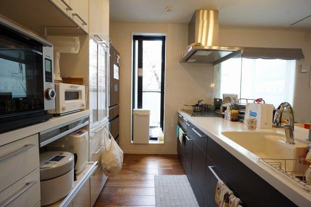 シンプルで洗練されたデザインのシステムキッチンは機能も充実。(食器洗洗浄機能付)